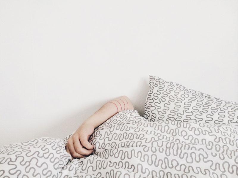¿Qué importancia tiene la postura corporal al dormir?