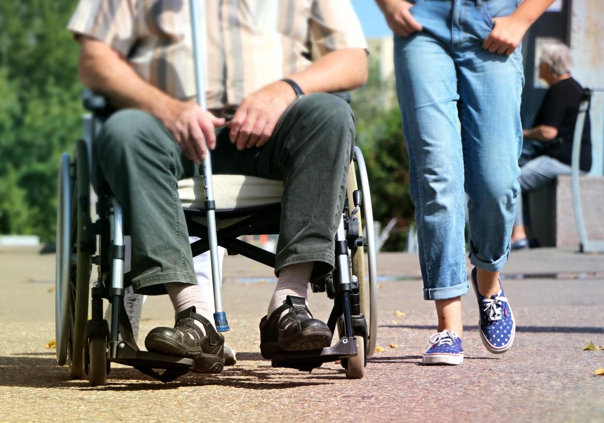 Cómo prevenir lesiones en personas mayores