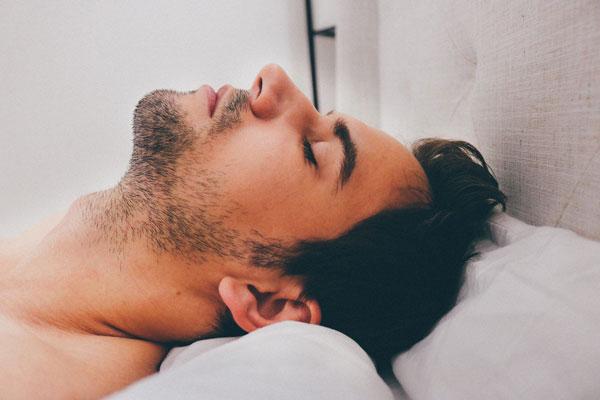 Cómo evitar roncar al dormir